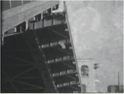 開いていく橋を下からのアングルで撮影