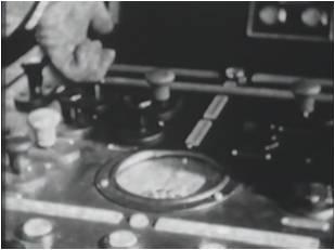 操作ミスを防ぐために、ボタンは押し下げではなく引き上げ式。操作ボタンを操作するシーン