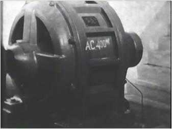 交流電気から直流電気に変換する装置を撮影した変電所内のシーン