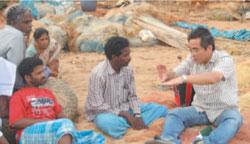 津波被災地の現場で住民と語り合う